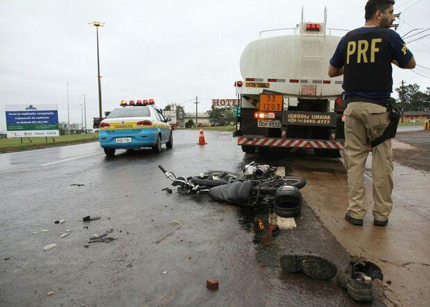 Jovem é atropelado e acaba arrastado por caminhão em Campo Grande