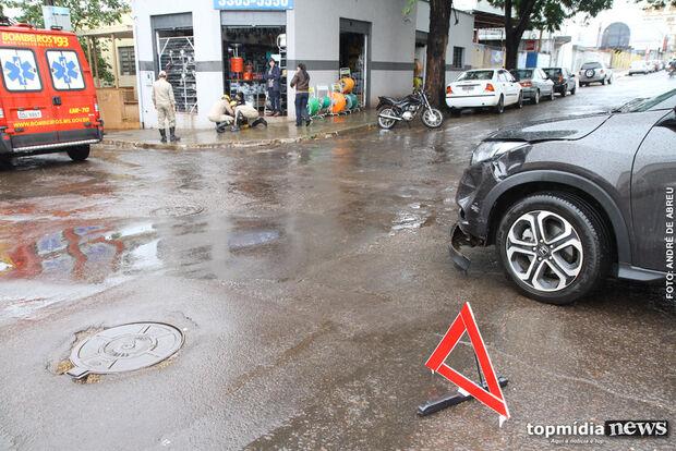 Motociclista fica ferido após batida em cruzamento na Vila Glória