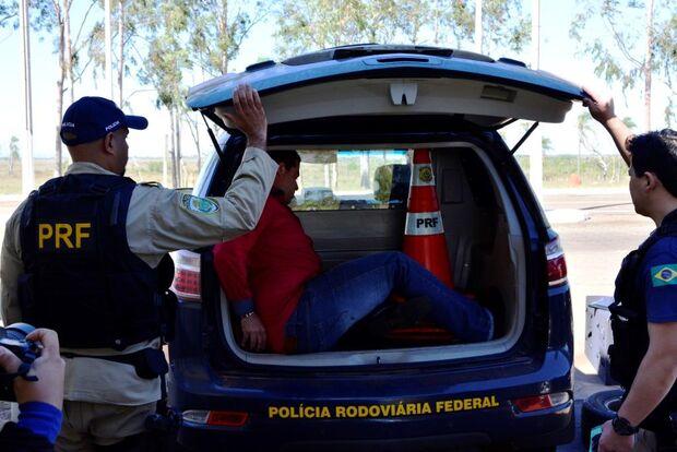 PRF apreende jovem que transportava 298 quilos de maconha na BR-267