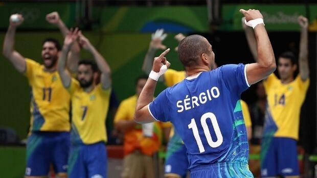 Brasil mantém Itália 'freguesa', dá a volta por cima e é tricampeão olímpico no vôlei