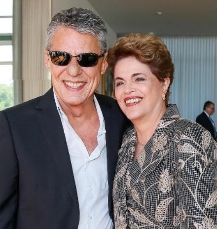 Com Chico Buarque e Lula, Dilma chega ao Senado para se defender