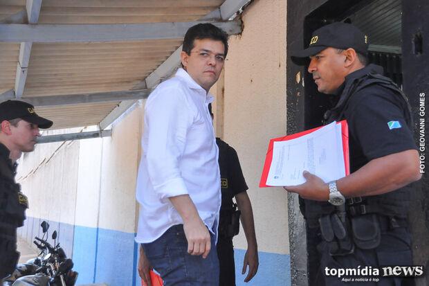 Gilmar Olarte come comida do presídio e aguarda soltura