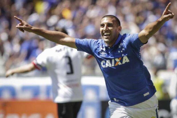 Cruzeiro vence no Mineirão e se afasta da degola