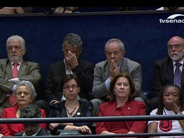 Lula acompanha discurso de Dilma ao lado de Chico Buarque e ex-ministros