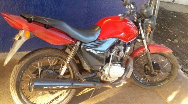 Adolescente é preso enquanto empurrava moto furtada na Capital