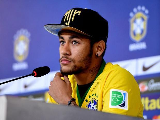 Neymar reclama de dores no tornozelo, mas Micale garante capitão no sábado