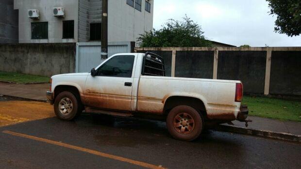 Roubada em assalto a empresário, caminhonete é encontrada em estrada vicinal