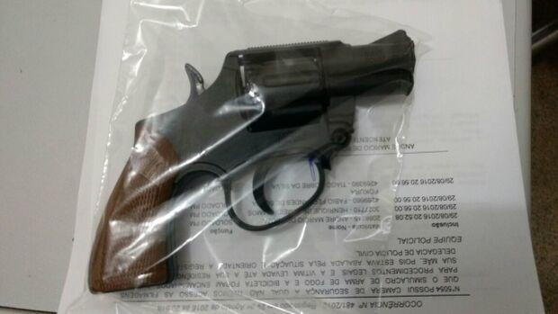 Vítima derruba assaltante, que deixa arma de brinquedo cair e foge levando celular