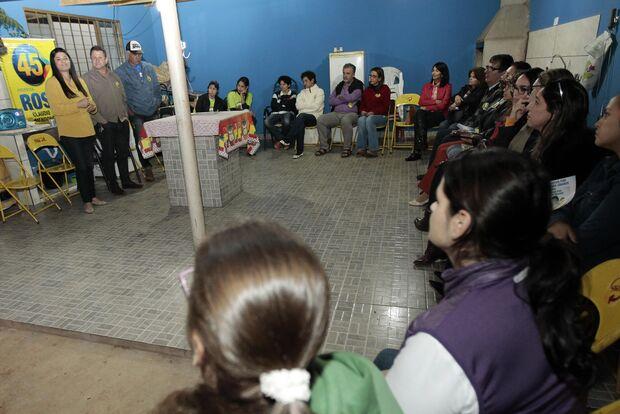 Moradores selam compromisso com candidata para construção de praça