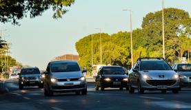 Justiça mantém suspensão de lei que obriga motoristas a acender farol em rodovia