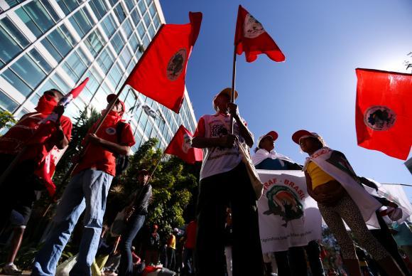 Manifestantes ocupam o Ministério do Planejamento e pedem eleições diretas