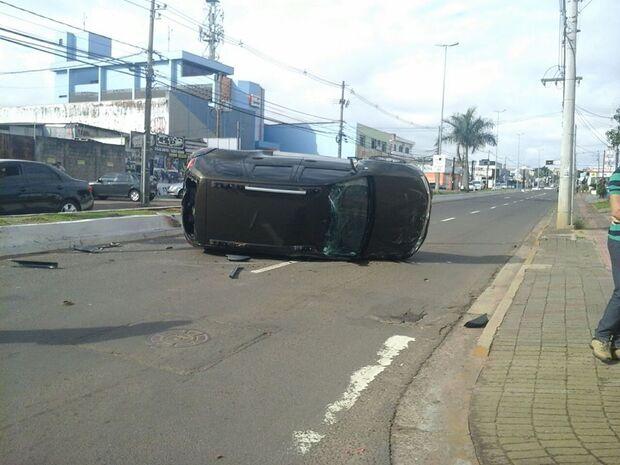 Condutora fura sinal, bate em carro e veículo tomba na Capital
