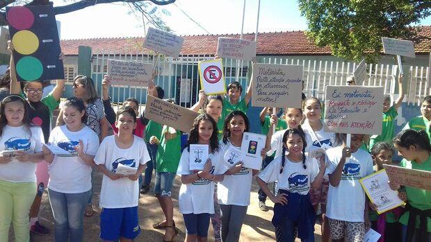 Alunos fazem manifestação em frente à escola reivindicando faixa de pedestre