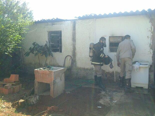 Bombeiros arrombam casa para apagar incêndio na Vila Bandeirantes