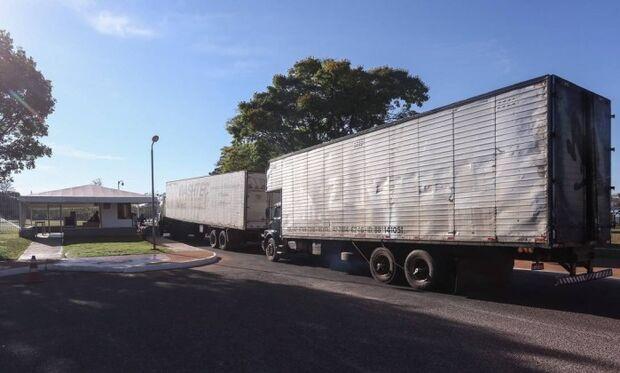 Caminhões fazem mudança de Dilma do Alvorada