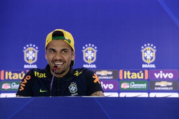 Dani Alves pede inteligência contra a Colômbia: 'Queremos jogar futebol'