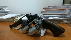 Homem vai até delegacia registrar queixa contra atentado e acaba preso com armas