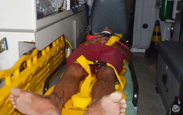 Jovem fica ferido ao cair de garupa de motocicleta e amigo foge sem prestar socorro