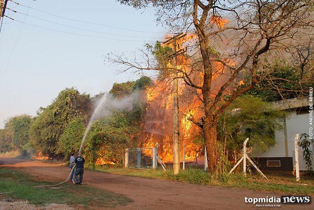 Incêndio em matagal quase atinge empresa na Gury Marques