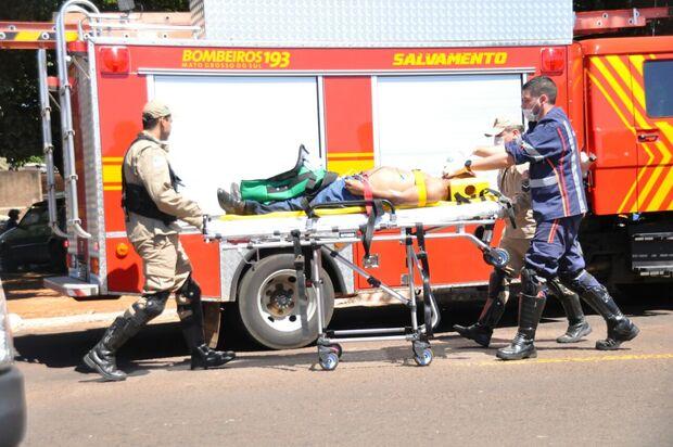Motociclista bate em caminhão e fica em estado grave com parafuso na cabeça
