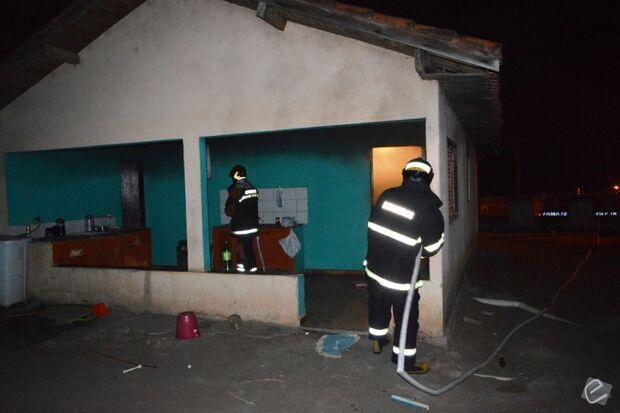 Adolescente é apreendido após atear fogo em residência em Coxim