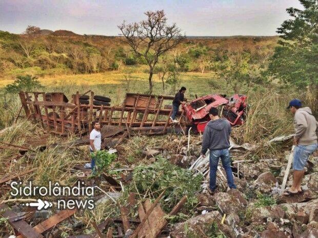 Motorista de caminhão boiadeiro morre após veículo cair em barranco na BR-060