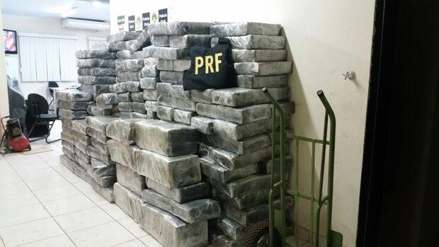 PRF apreende 3 toneladas de maconha no meio de mudança