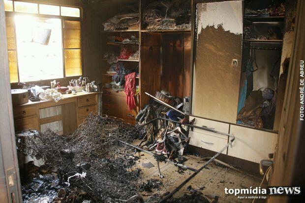 Incêndio causado por vela destrói quarto de residência no Monte Castelo
