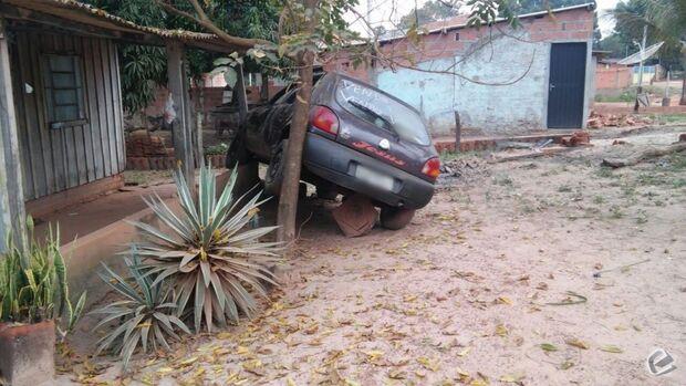 Carro desgovernado invade casa e é abandonado por motorista