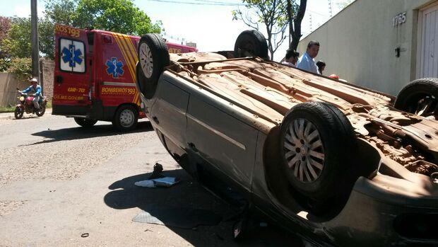 Veículo capota após bater em outro carro no São Lourenço