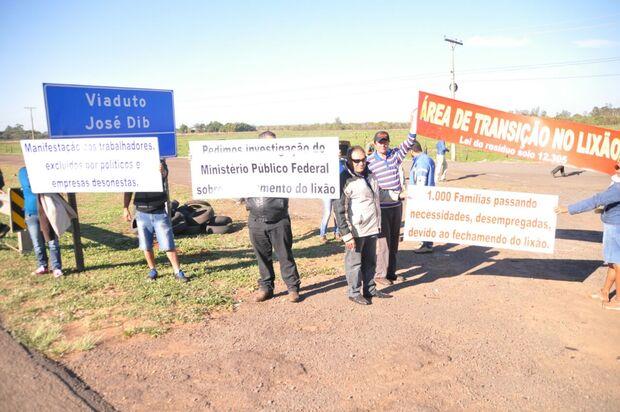 'Desempregados' do lixão fazem protesto e fecham a BR-163
