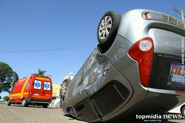 Motorista invade preferencial, bate carro e capota no Monte Castelo
