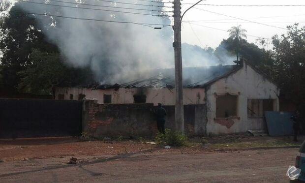 Casa é destruída por incêndio criminoso em Rio Verde