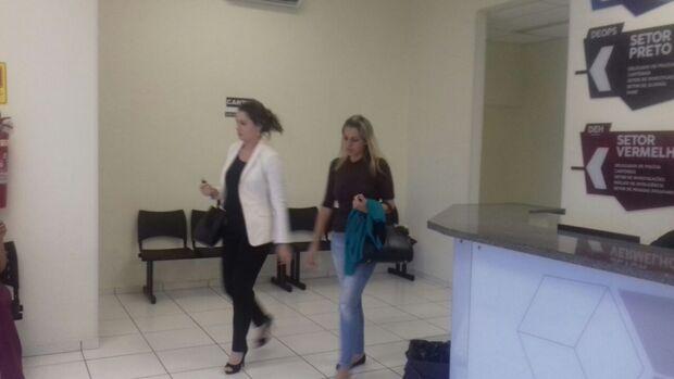 Acompanhada de advogada, filha de Alceu Bueno chora durante depoimento