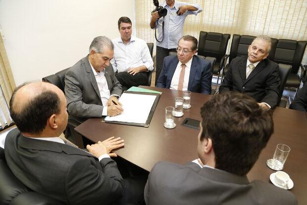 Governo encaminha piso para advogados em MS