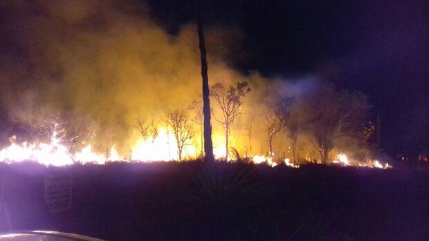 Fogo alto em vegetação incomoda e assusta moradores do Bethaville