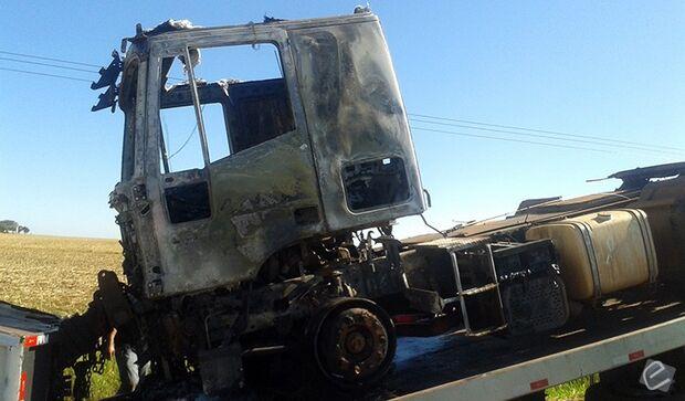 Pane elétrica causa incêndio e cabine de carreta fica completamente destruída