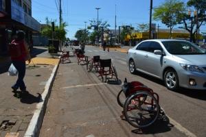 Cadeiras de rodas ocupam vagas de carros para pedir respeito a portadores de deficiência