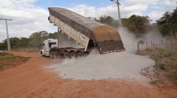 Agraer auxilia na distribuição de calcário em três assentamentos