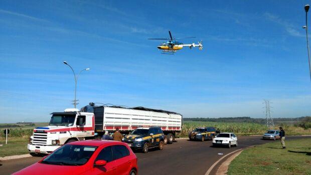 PRF usa helicóptero em apreensão de carreta com maconha na BR-463