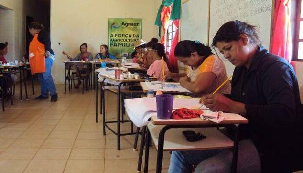 Agraer promove curso de pintura em tecido e vidro em projetos de assentamento