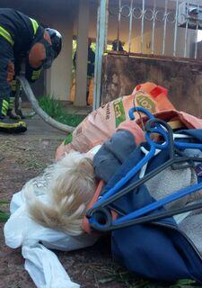 Residência pega fogo e criança de 7 anos tenta salvar bonecas e roupas