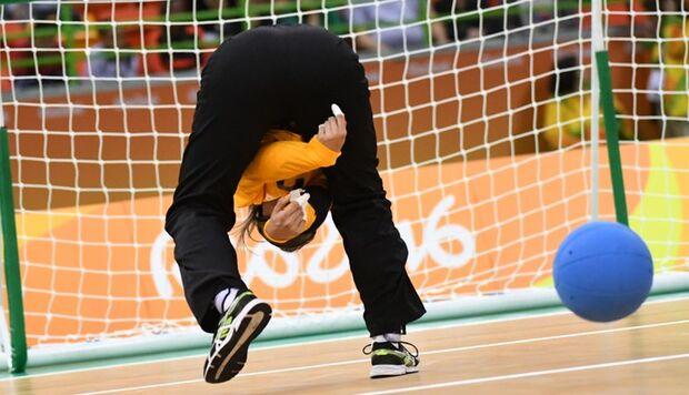 Criado no Rio, arremesso por baixo das pernas é arma do Brasil no goalball