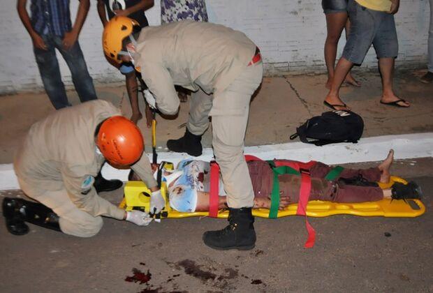 Jovens ficam gravementes feridos em acidente entre motos