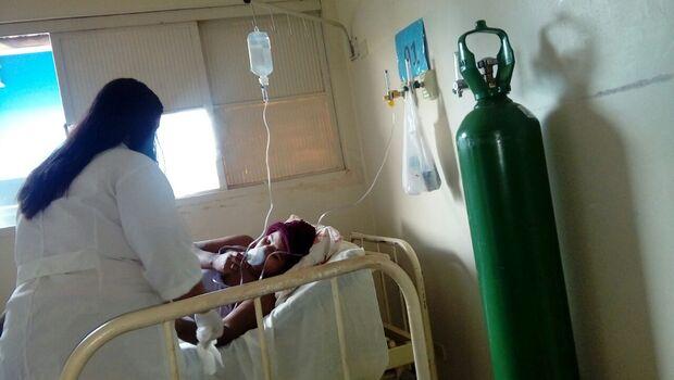 Com suspeita de H1N1 e sem vaga em hospital, jovem respira com aparelho manual em UPA