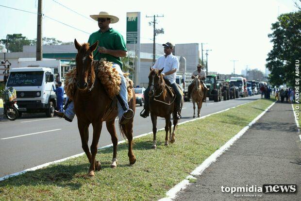 Com pouca adesão, carreata de produtores rurais usa tratores e cavalos para chamar atenção