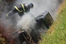 Carro pega fogo e descontrolado cai em vala de 4 metros em Chapadão do Sul
