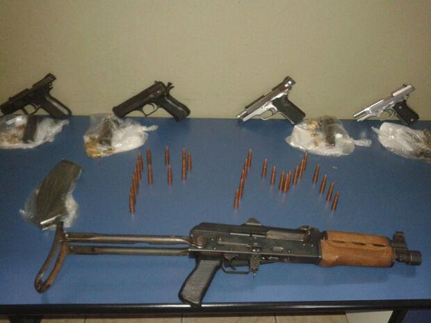 PM prende quinteto com fuzil que seria usado para ameaçar eleitores em Paranhos