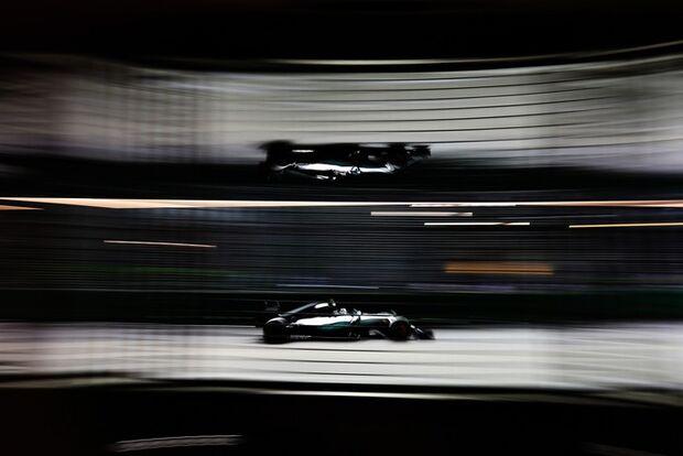 Rosberg coloca Mercedes no topo em Cingapura. Hamilton abandona sessão