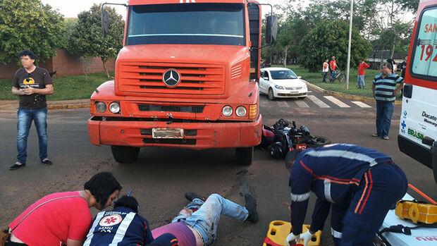 Mototaxista é atropelado por caminhão e tem parte da perna dilacerada